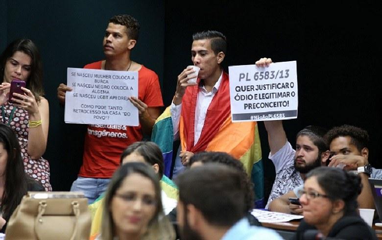 Comissão aprova Estatuto da Família com conceito que exclui casais homoafetivos