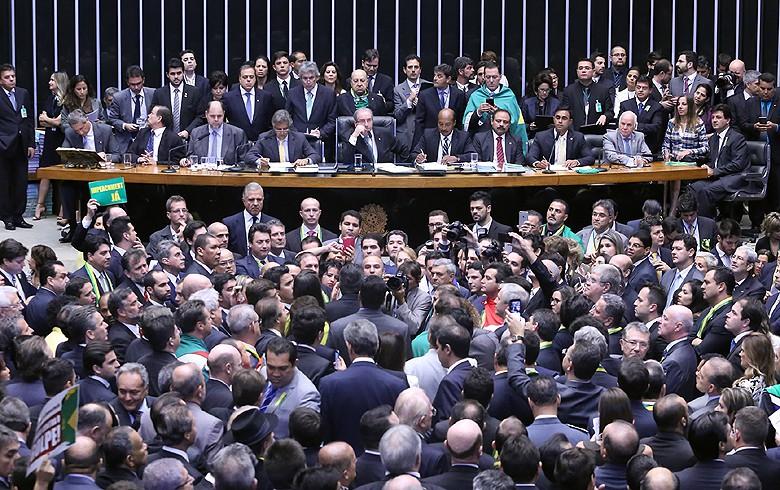 Câmara consuma o golpe e aprova continuidade de impeachment de Dilma