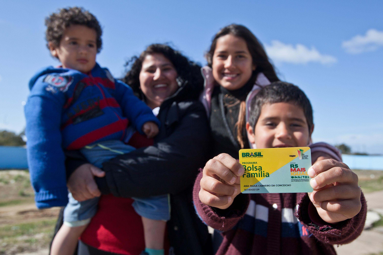 Bolsa Família completa 15 anos como referência internacional, mas sob ameaça
